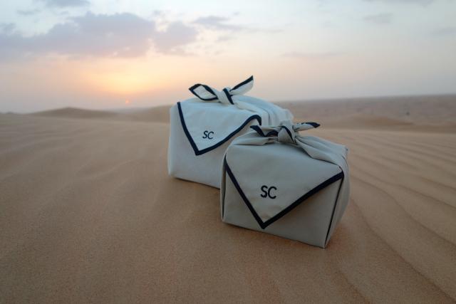 Les emballages cadeaux Scent Corner, inspirés du furoshiki japonais, photographiés au milieu du désert (Dubai)