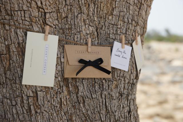Les cartes et enveloppes envoyées avec chaque commande