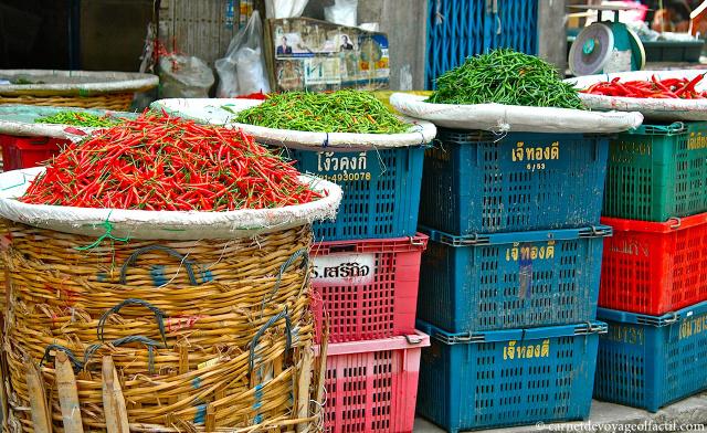 Plateaux de piments colorés